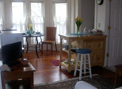 RI Antique Bay-window Apartment - Daire