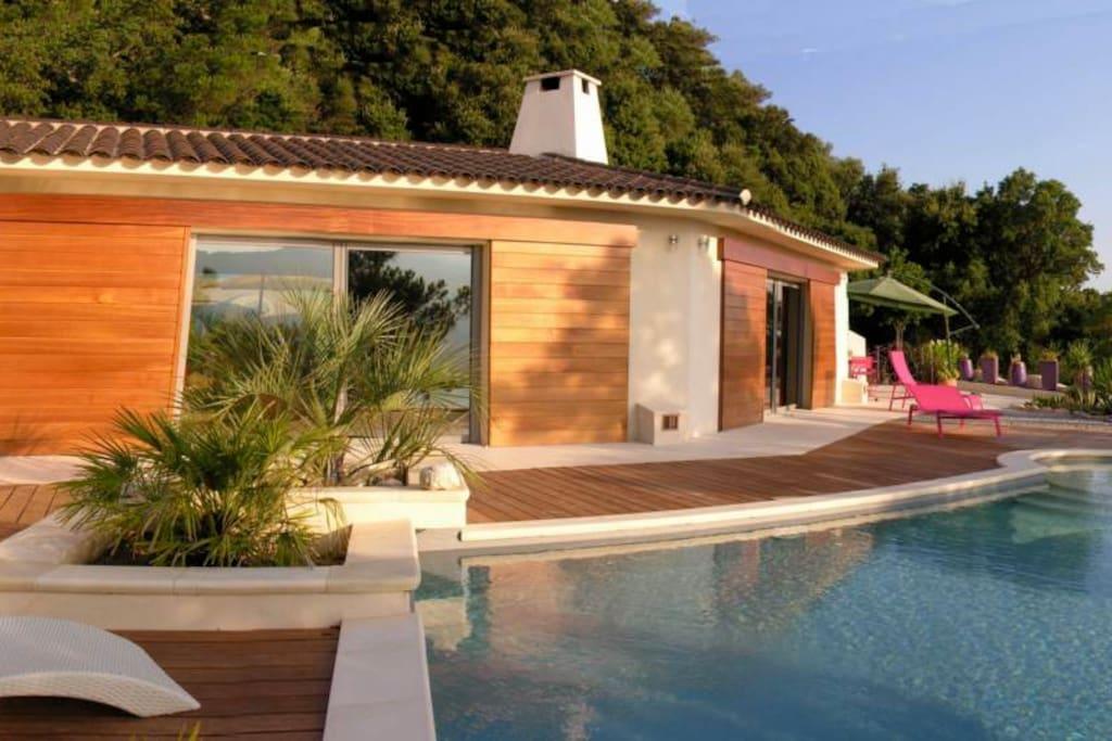Espace à vivre avec de grandes baies donnant sur la piscine