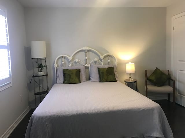 Cosy Room 3 with TV in Innisfil, Near the Beach