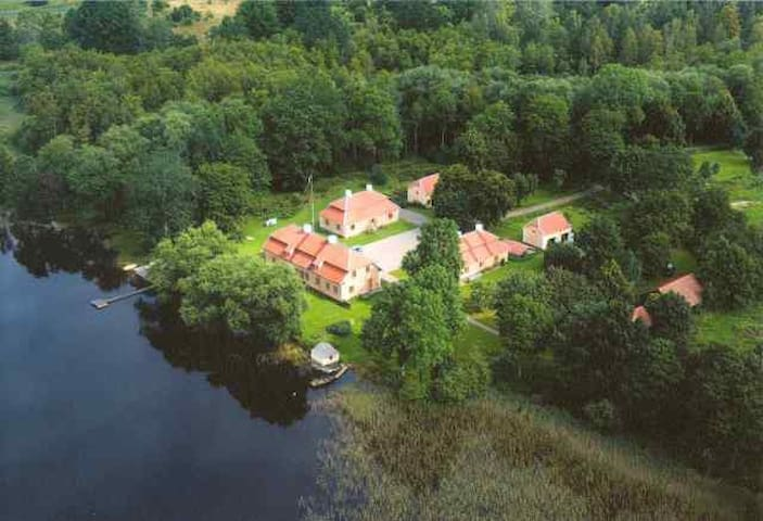 Manor wing next to a lake - Vimmerby - Casa