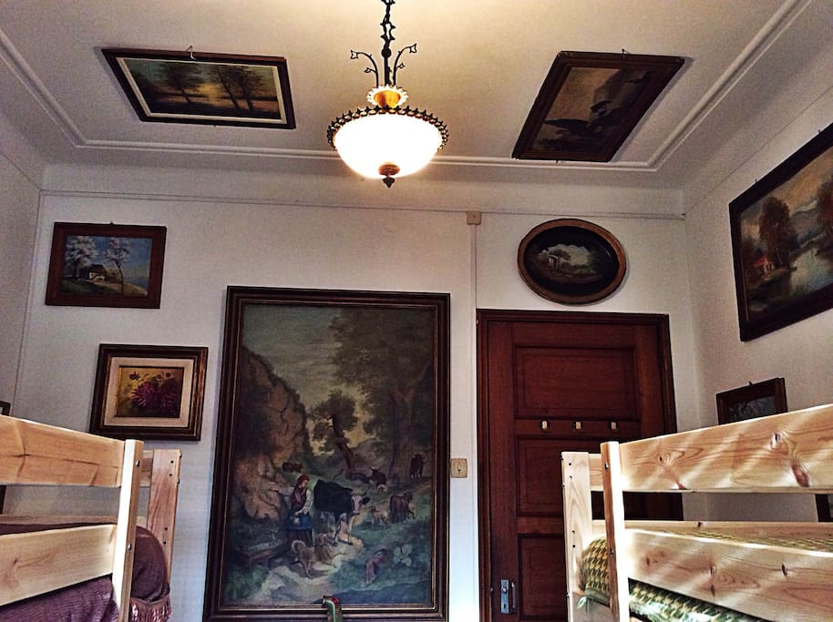 Nature vintage paintings are part of the unusual decoration!