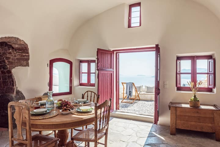 Historic cave house, the old bakery of Oia