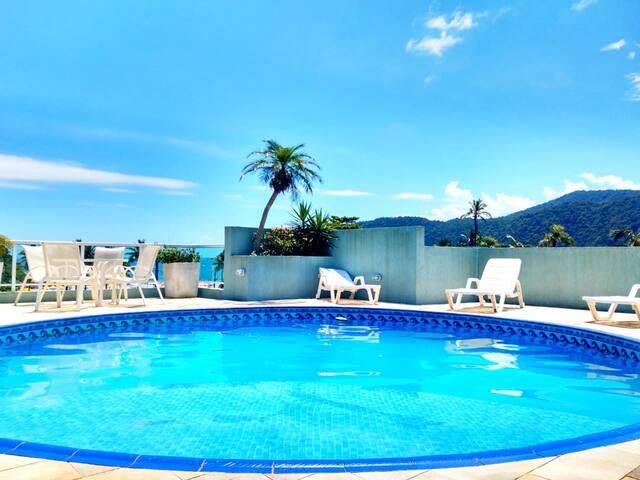 Casa com piscina e vista para o mar.