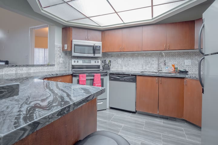 (C505D)Beautiful Condo,5 Min from Strip, Balcony!