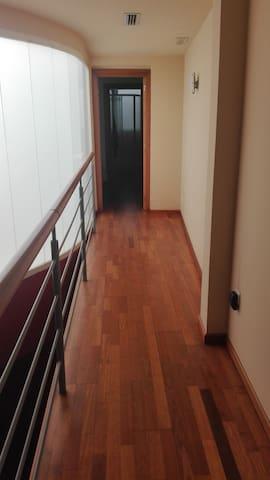 Vista de la entrada de la habitación desde la escalera.