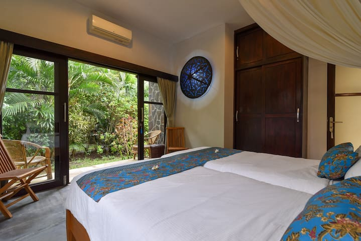 Bedroom 4: gardenview, private terrace, airco, klambu.  Ensuite open bathroom : shower, toilet, sink, shampoo & soap. Towel change on demand. Laundry & ironing service included. Fresh 100% cotton bed linnen every 3 days.