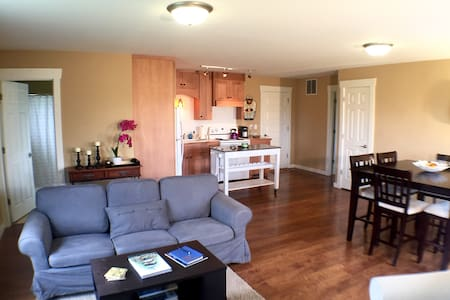 Airy apartment, beautiful view - Bloomington - Departamento