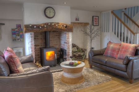 TY CANOL HOLIDAY LET, Rhoshill, Cardigan, Pembrokeshire, Wales