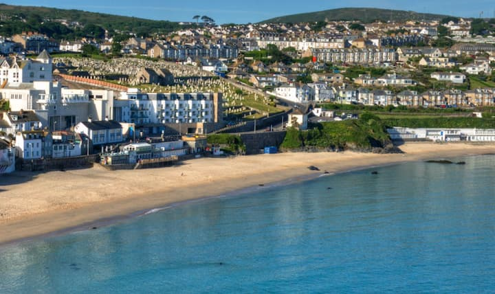 Ocean View Flat in St Ives with parking for 1 car