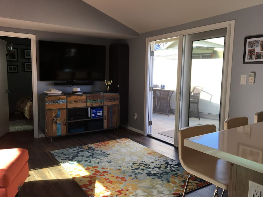 Family room with huge TV with cable, Hulu, Netflix.  Beautiful glass doors that both open to patio that allow an awesome cross breeze.