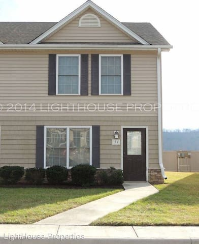 2 BD 1.5 Bathroom Townhouse! 5 Minutes from LU