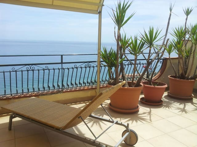 Attic sea front, lovely view - Santa Teresa di Riva - Apartment