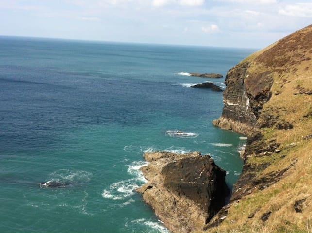 Close to dramatic North Cornwall surf beaches
