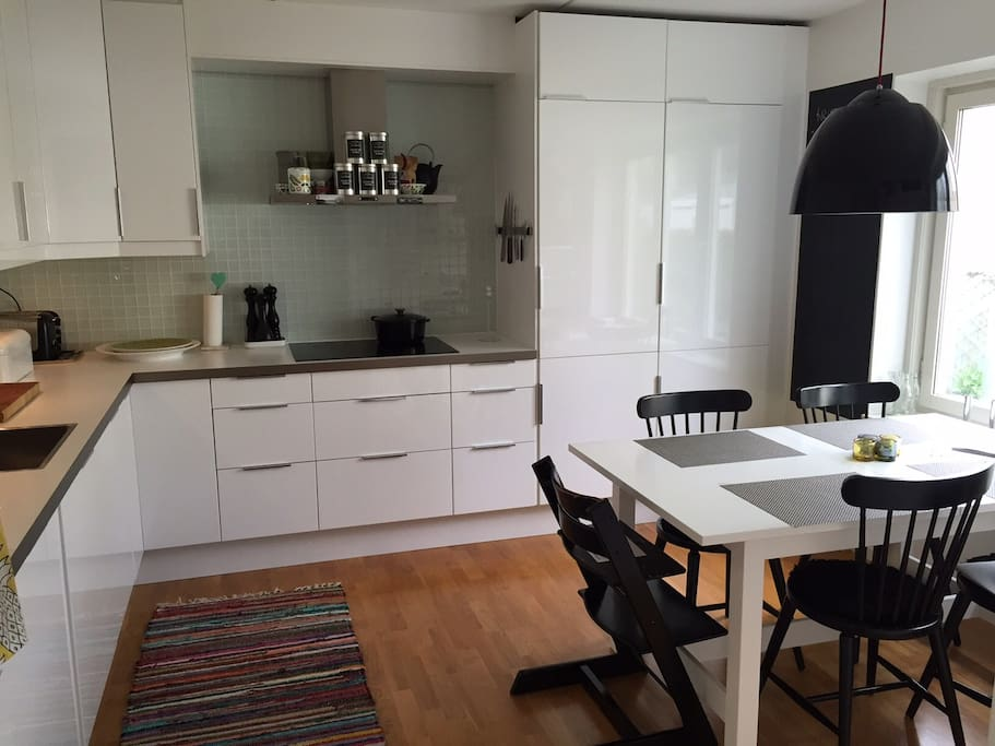Nice and clean kitchen with a breakfast table for 6. Dishwasher and tv in the kitchen!