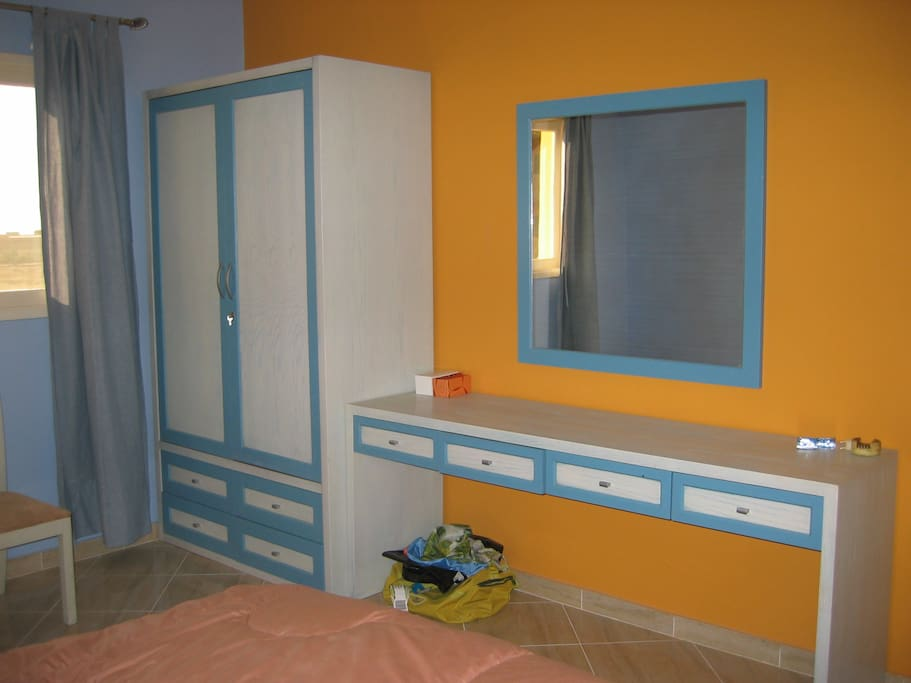 1 chambre avec grand lit room with one double bed