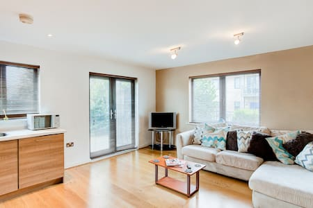 Cute & Modern 1 Bedroom Apartment - Brentwood - Wohnung