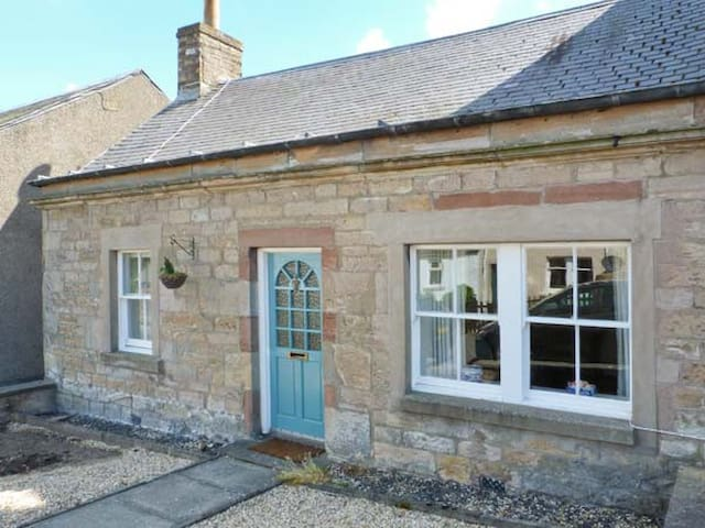 BRAESIDE COTTAGE, pet friendly, with open fire in Denholm, Ref 28017