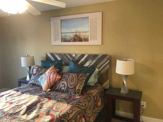 Super convenient 1BR on the lake! Near Airport