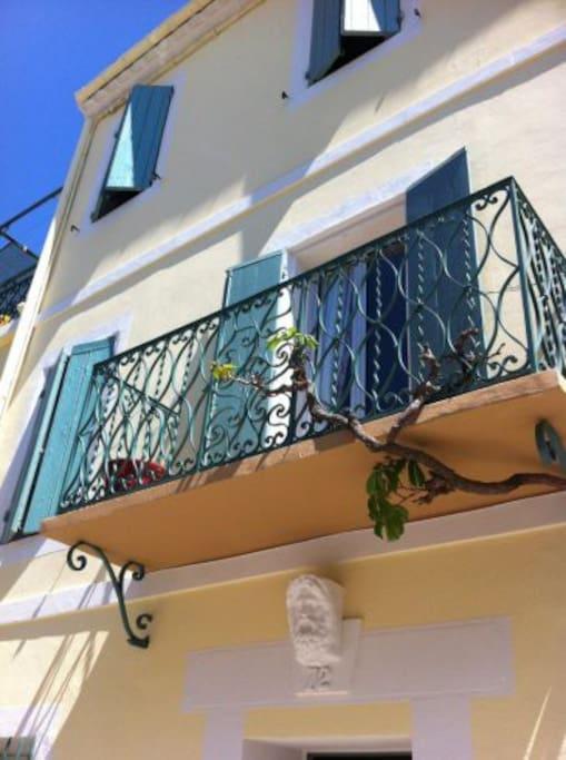 Fasad med balkong.Takterrassen skymtar uppe till vänster