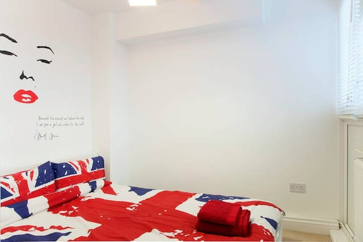 ★Zone 1 Central ★Lockable Double RooM★WiFi★Parking