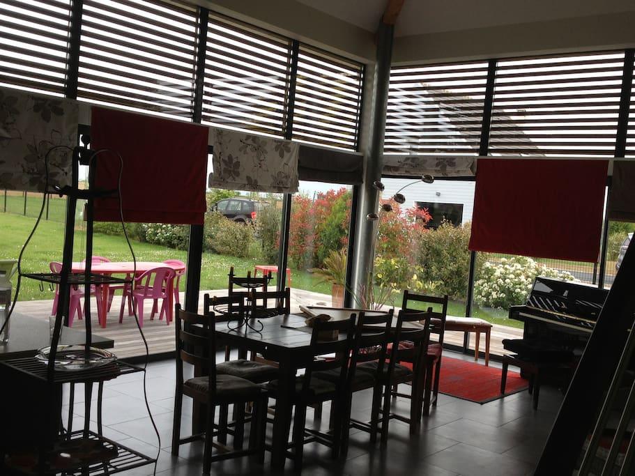Salon donnant sur la terrasse et les framboisiers