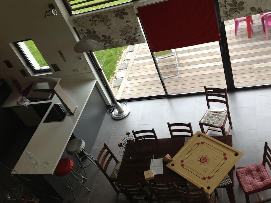 Vue sur le salon et la cuisine ouverte, depuis la mezzanine