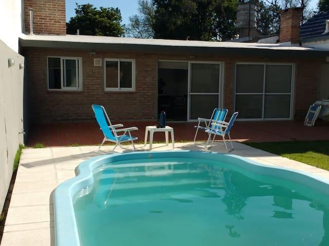 Agradable monoambiente con piscina y jardín