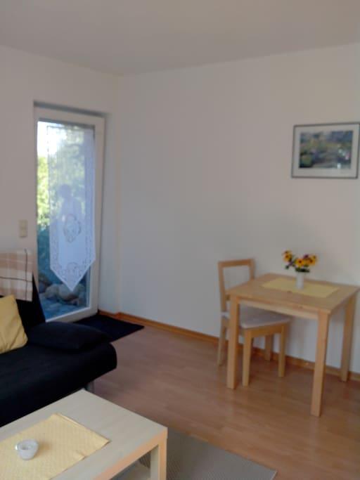Kombinierter Wohnraum mit Miniküche Ein/Ausgang zum Sitzplatz