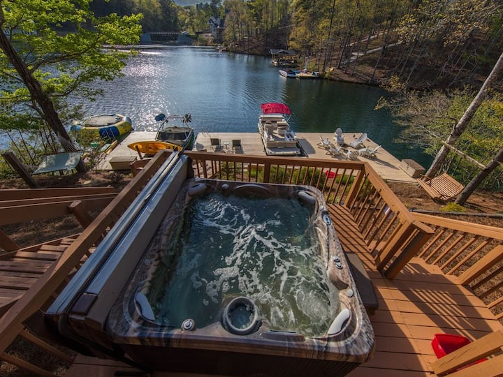 Breathtaking 120 ft 5 BR lakefront home Hot Tub +