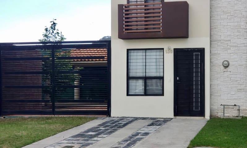 Casa entera con patio, terraza y asador