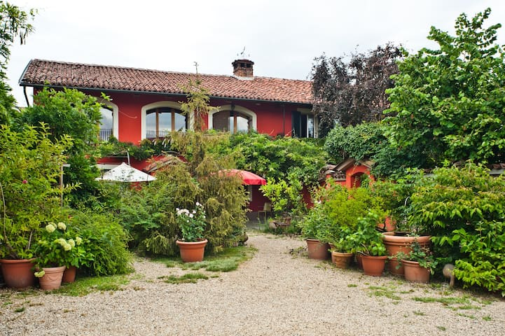 binot is... - Carmagnola - Bed & Breakfast