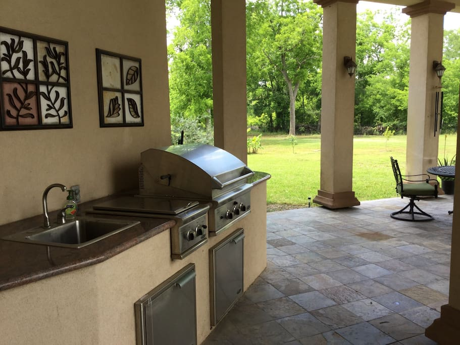 Outdoor kitchen with plenty of space!