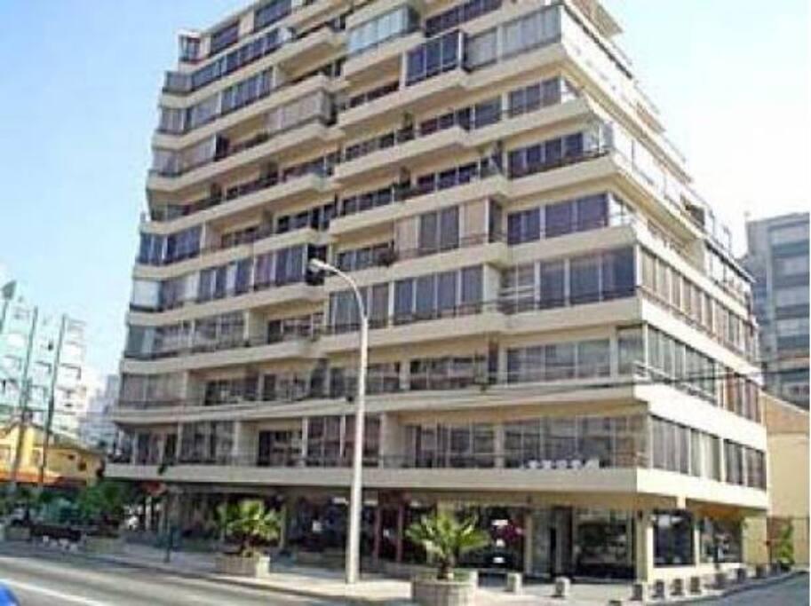 Edificio en Avenida. San Martin con 7 Norte. Pasos de la playa, casino, mall y restaurantes.