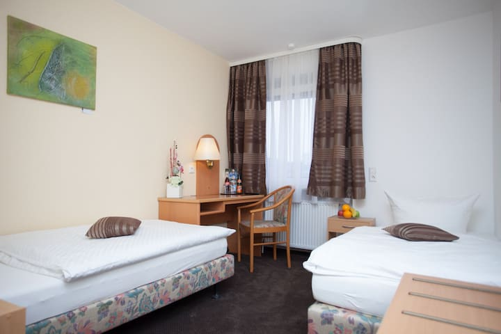 Hotel Zum Prinzen GbR, (Sinsheim), Dreibettzimmer mit Dusche und WC