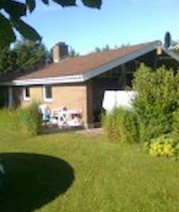 Dejligt sommerhus på stor grund - Bindslev - Casa