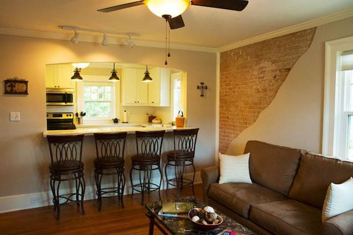 The Migel House Carriage House Apt - Waco - Bed & Breakfast