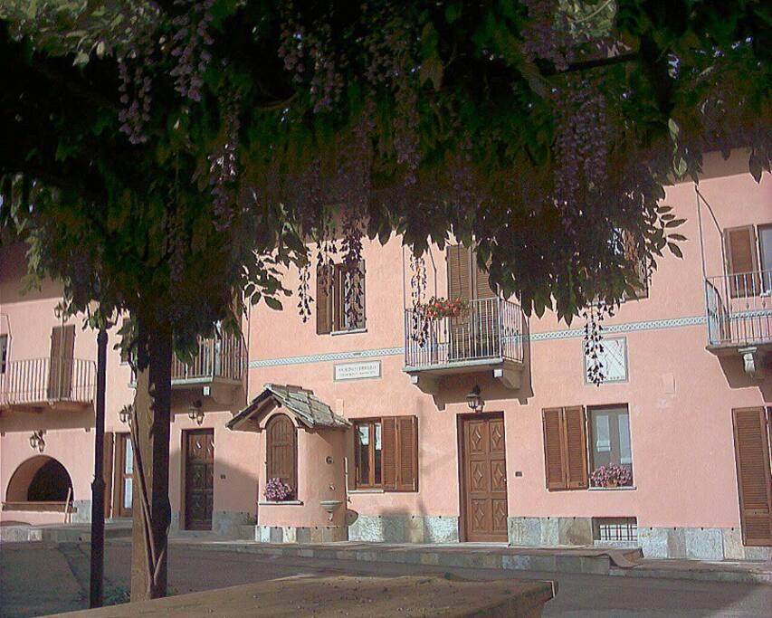 la facciata dell'edificio che ospita il B & B