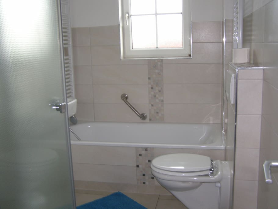 Bad mit gr. Dusche und Badewanne, barrierefrei
