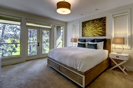 Exquisite master room at luxury B&B - West Kelowna