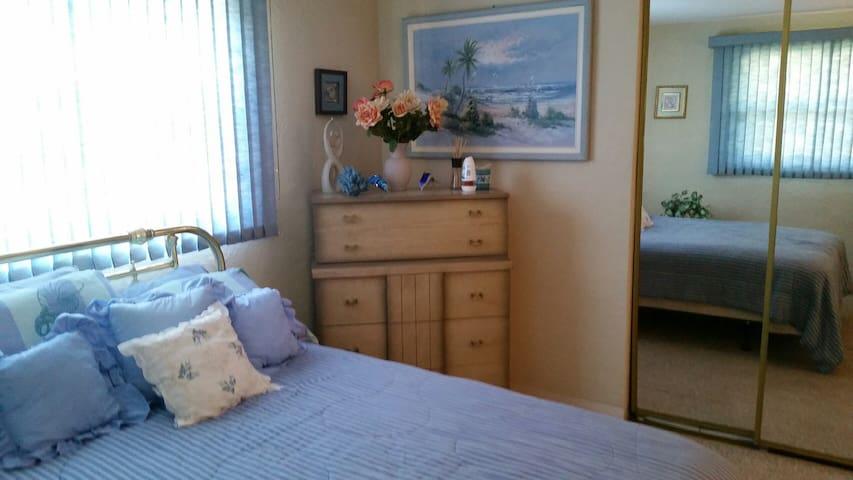 Bedroom in 2 bed 2 bath Beach House - New Smyrna Beach - Dom