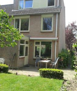 Hoekhuis + tuin en garage aan Park - Heerlen