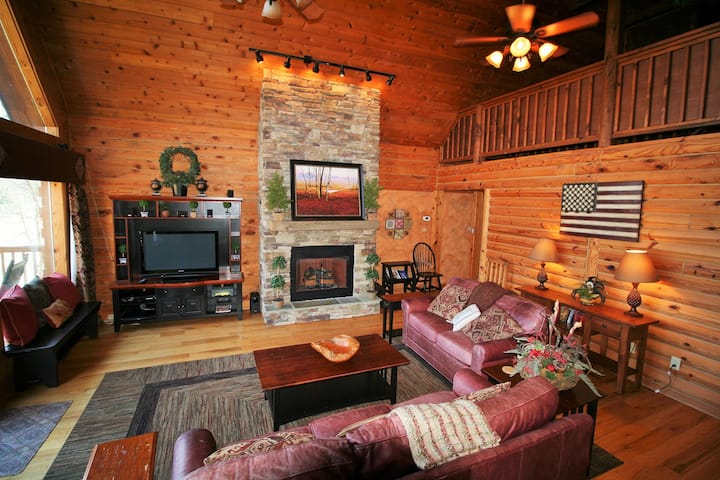 Lakefront 3 bed/2 bath Log Cabin sleeps 8 ,Hot Tub