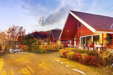 전망 좋고 정원 넓은 2층 통나무집 Log cabin House - Casa