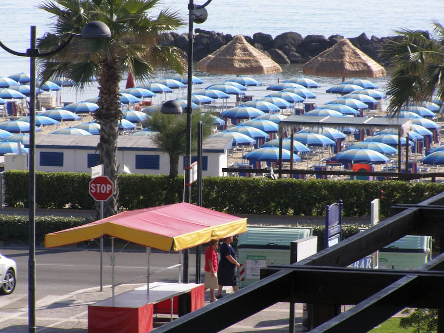 Spiaggia privata con Palme ed ombrelloni.