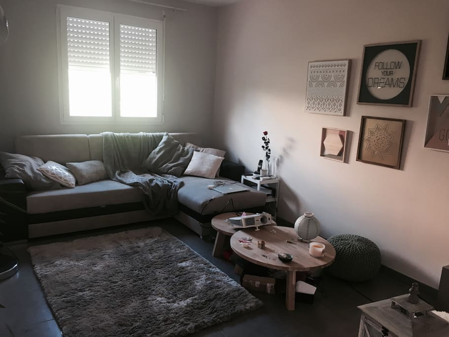 Coin salon avec canapé d'angle convertible avec véritable sommier et vidéoprojecteur comme au cinéma
