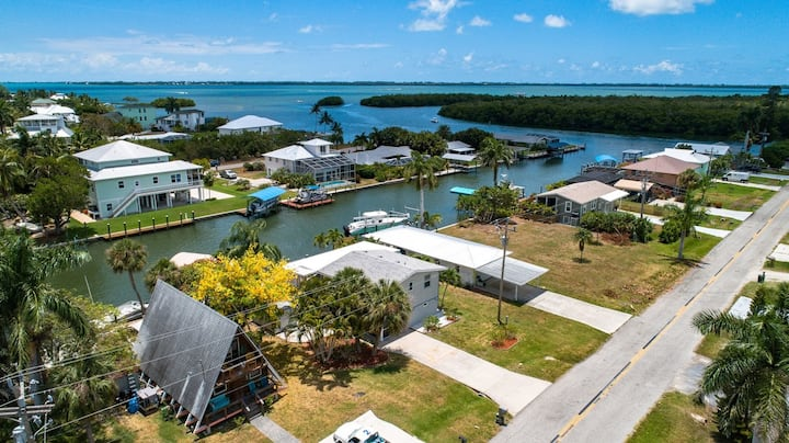 Charming 3 bedroom with INCREDIBLE boating access in St. James City!