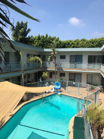 Bright One Bedroom w pool in the heart of WeHo