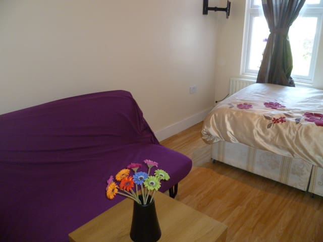 LONDON ODES' 1 BED FLAT, SLEEP2-4, CLOSE TO CITY.