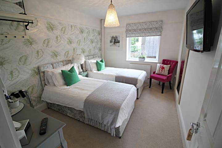 Twin Room with Large Private Bathroom (Blagdon)