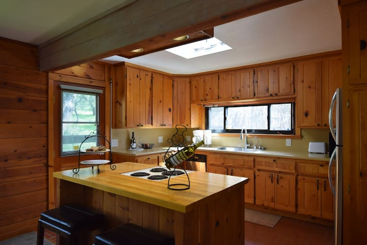 9 Oaks-2 Bd/2ba hideaway invites you to enjoy the peace, privacy and beauty of Sonoma